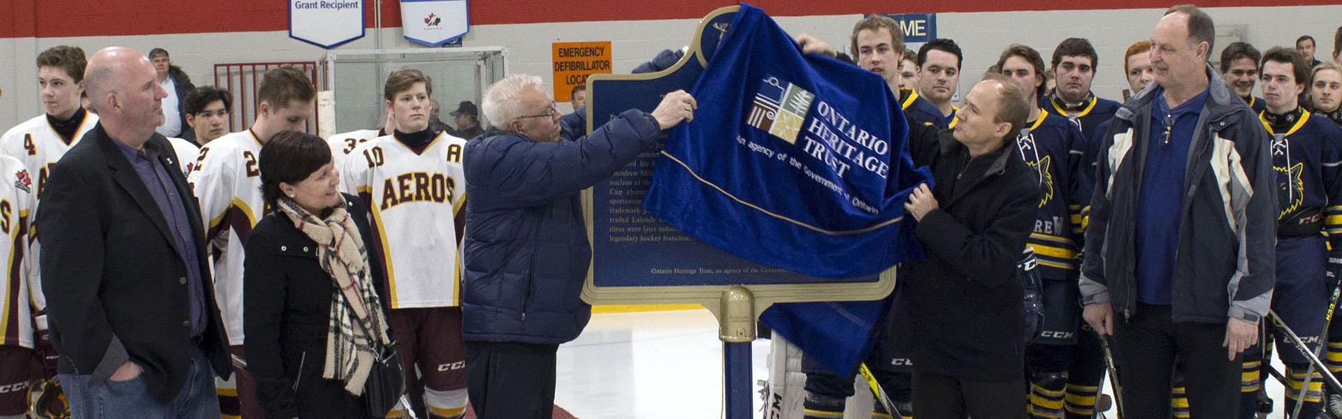 Dévoilement d'une plaque provinciale commémorant Didier Pitre, un des « Flying Frenchmen »