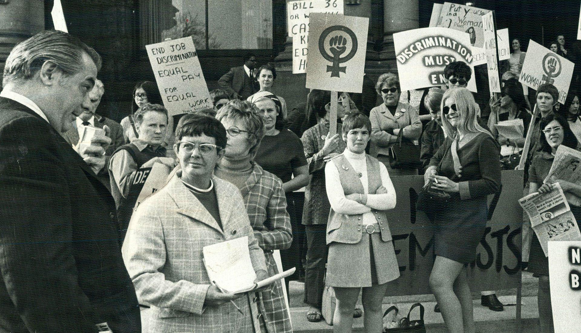 Des membres de la Voix des femmes, du Mouvement de libération des femmes, des New Feminists et des Jeunesses socialistes manifestent à Queen's Park en avril 1970