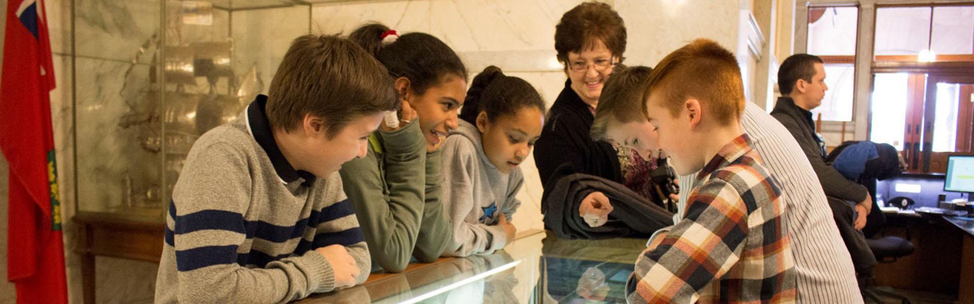 Les étudiants debout une exposition, École Harriet Tubman