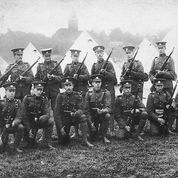 Soldats du Queen's Own Rifles de Toronto, stationnés  en Angleterre avant le début de la Première Guerre mondiale.