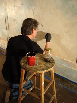 Painting walls using the original scagliola technique to imitate marble