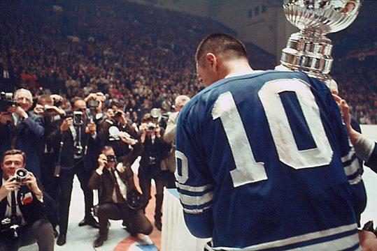 George Armstrong tient la coupe Stanley le 2 mai 1967 à Maple Leaf Gardens (Photo gracieuseté du Frank Prazak/Temple de la renommée du hockey)