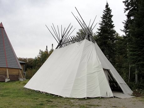 Un sabtuan (abri cri traditionnel) à Moose Factory.