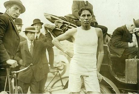 Fred Simpson s'entraînant avec ses proches aux États-Unis, v. 1909 (Avec l'aimable autorisation d'Alton Bigwin)