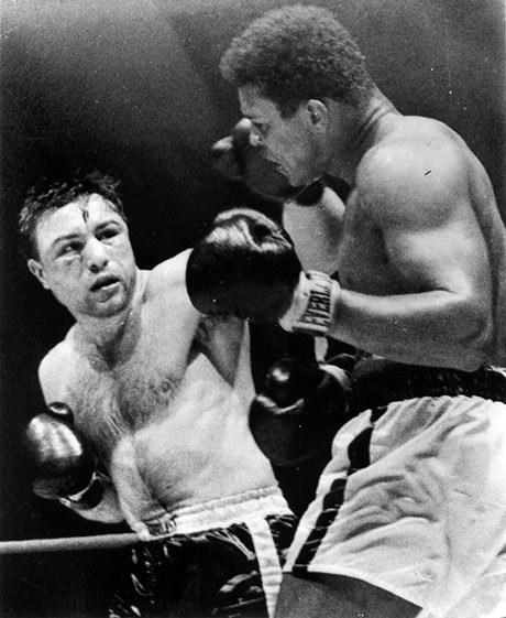 George Chuvalo (à gauche) touchant Mohamed Ali au visage, lors du combat de boxe qu'ils se sont livré à Toronto en 1966 (Avec l'aimable autorisation de la Presse canadienne)