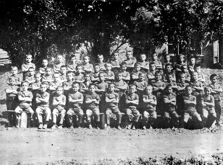 Le premier groupe de 50 garçons provenant d'un orphelinat de Corfou, en Grèce, devant la résidence du surintendant de la ferme, aux alentours de 1925.