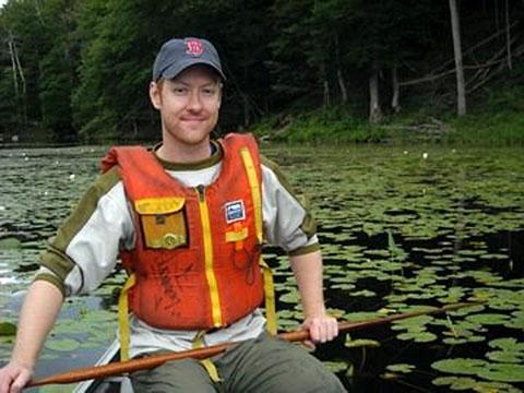 Dawson Bridger dans un canoë