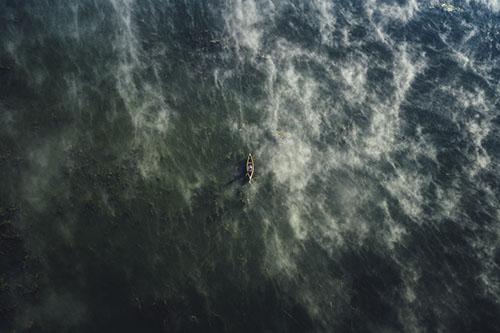 Vue aérienne d'une personne en canoë sur un lac