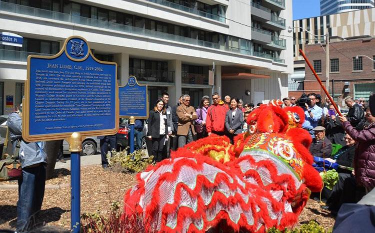 Redédication de la plaque provinciale commémorant Jean Lum