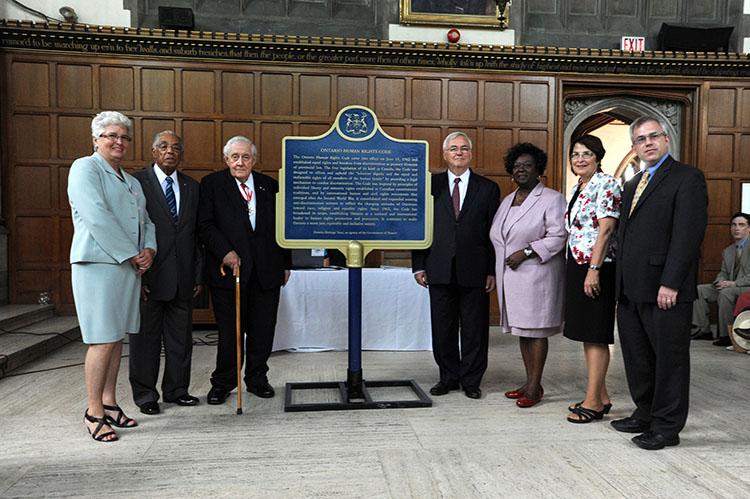 Dévoilement de la plaque provinciale commémorant le Code des droits de la personne de l'Ontario (2012)