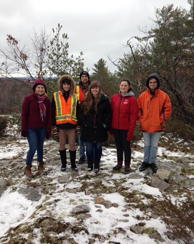 Les étudiants dans une scène d'hiver