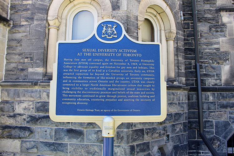 Plaque provinciale commémorant Activisme en diversité sexuelle à l'Université de Toronto