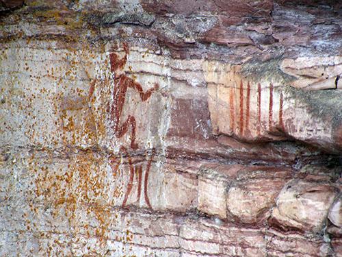 Le Maymaygwayshi, ou l'esprit de l'eau, peint sur la paroi d'une falaise près de l'embouchure de la rivière Nipigon.
