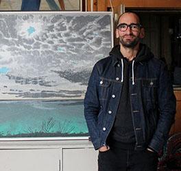 Todd Stewart au « Paradis d'une folle » avec sa sérigraphie Sans titre (Lac Ontario), réalisée durant sa résidence obtenue grâce au Programme des artistes en résidence Doris McCarthy