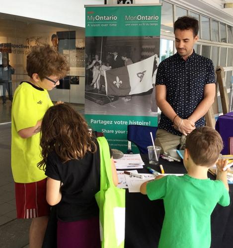 Enfants qui visitent le stand MonOntario à la Franco-Fête de Toronto.