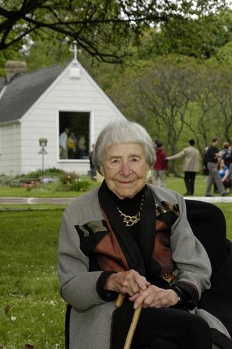 Doris McCarthy au dévoilement de la plaque commémorant le « Paradis d'une folle » (2005)