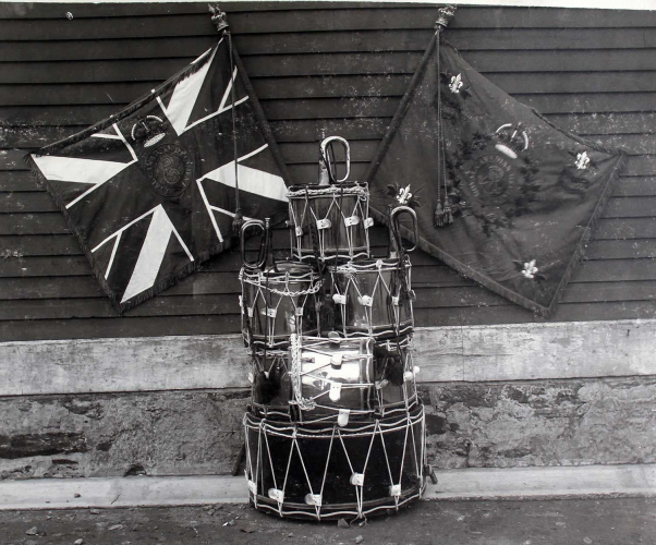 Drapeau régimentaire, Royal Canadian Regiment (détails du monogramme royal) (Photo : musée de The Royal Canadian Regiment, collection d'archives)