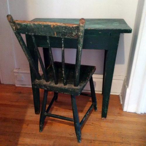 Cette table et cette chaise appartenaient à ma grand-mère